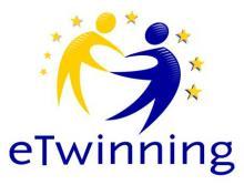 le logo représente deux personnages: un bleu , un jaune qui son t face à face , comme froment une ronde, un cercle , on les voit de profil , ils sont entourés d'étoiles jaunes , et en dessous des personnages , il y a l'inscription eTwinning